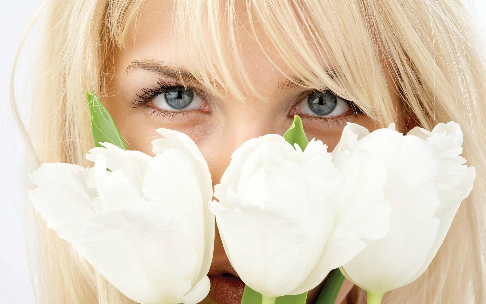 Девушка с цветами весной без лица